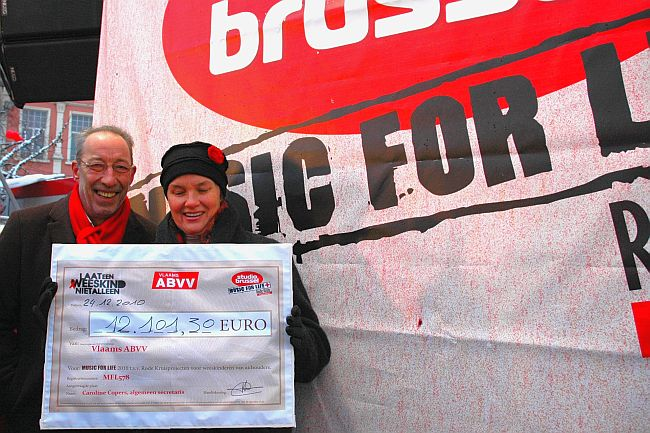 Dirk Schoeters en Caroline Copers met de cheque voor Music For Life